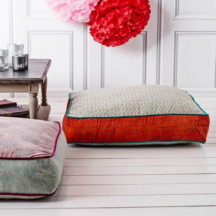 Cuscino colorato da pavimento