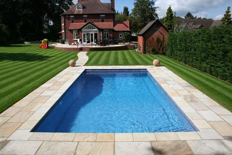Manutenzione piscina in giardino