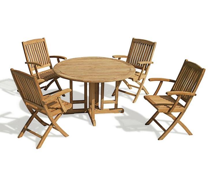 Tavolo in legno con sedie abbinate per il giardino