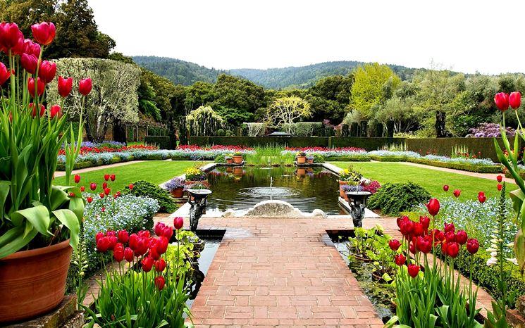 Giardino con aiuole e fontana
