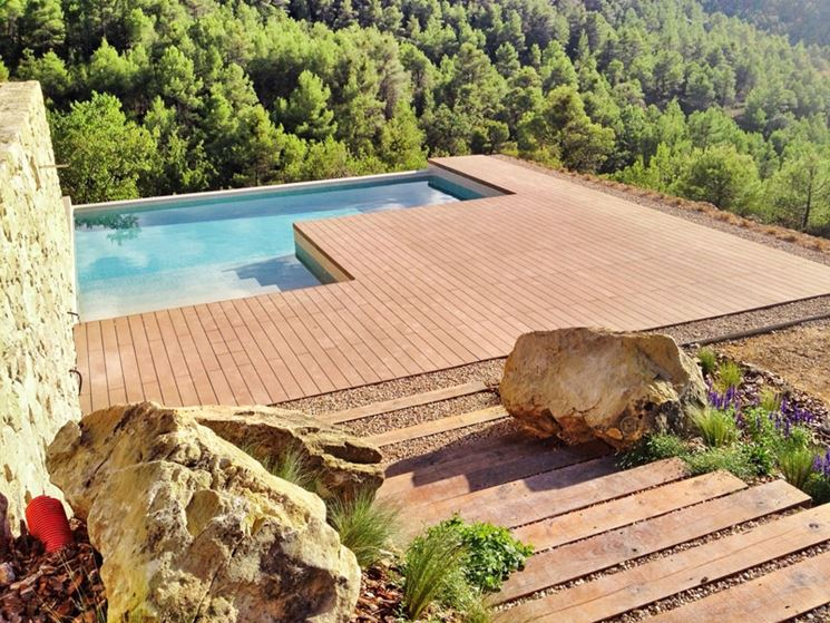 Continuità di stile tra scala e bordo piscina