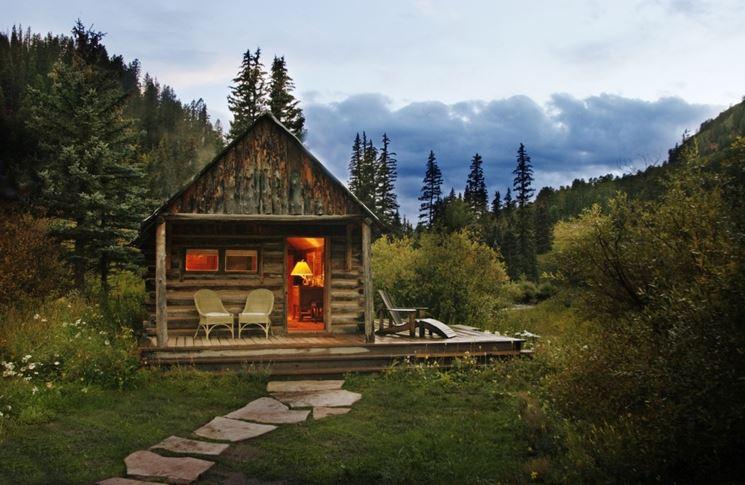 Casetta in legno immersa nella natura
