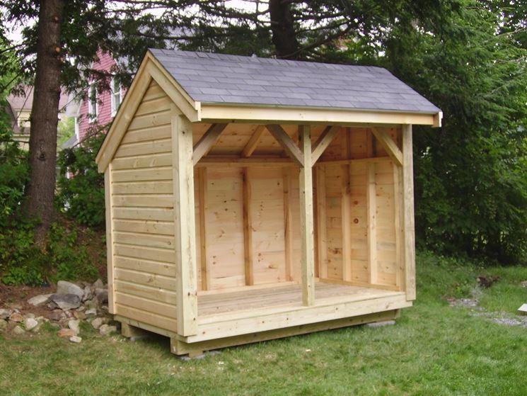 piccola casetta in legno per gli attrezzi