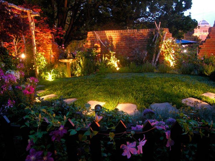 Illuminazione di un giardino con faretti