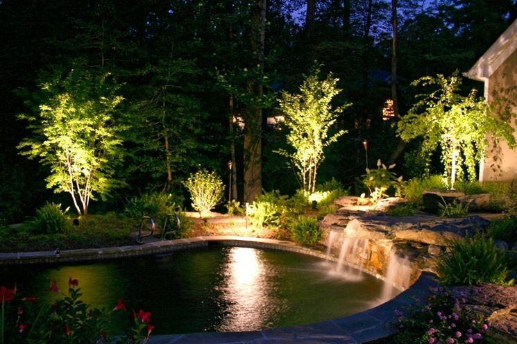 Illuminazione da giardino per alberi e cespugli