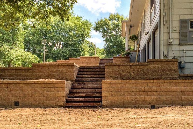 Muretto di tufo con scalinata