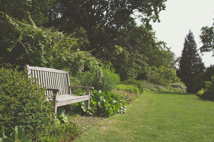 panchina per arredare il giardino