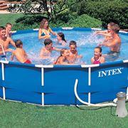 Relax in una piscina da giardino Intex