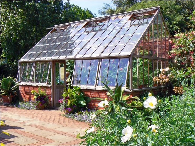 Un'elegante serra da giardino