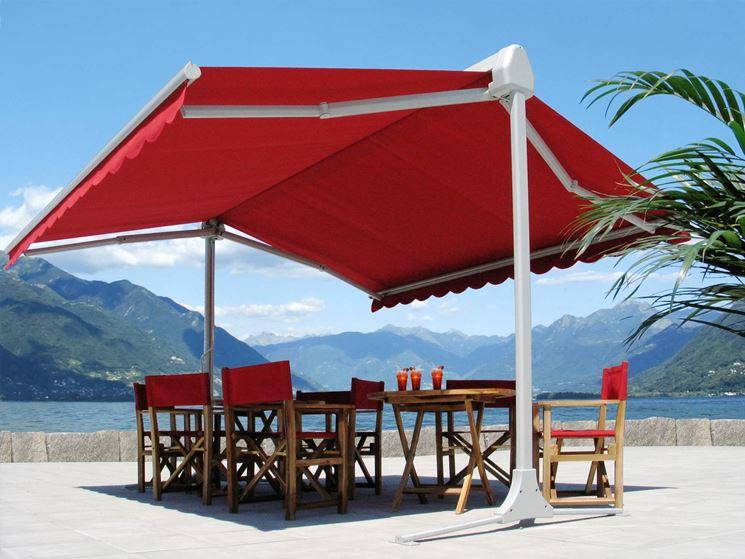 Una grande tenda da sole