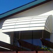 Tende da sole a cappottina su balcone