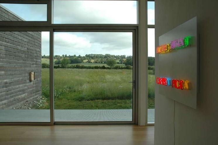 Visuale interna di veranda solare con vetrate