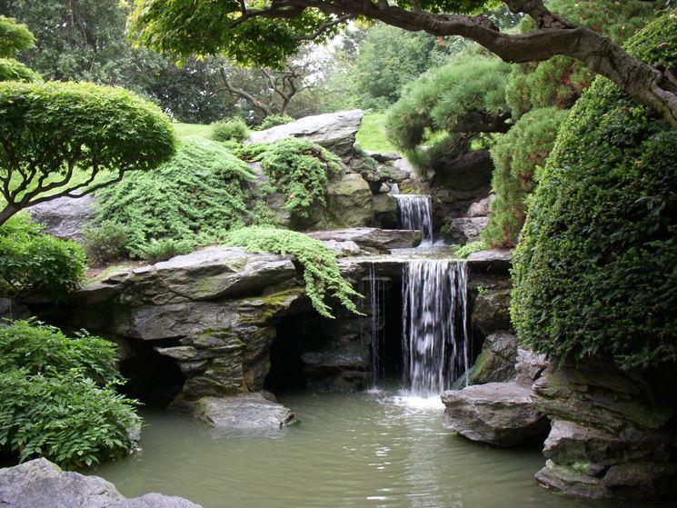 Giardino giapponese con cascata