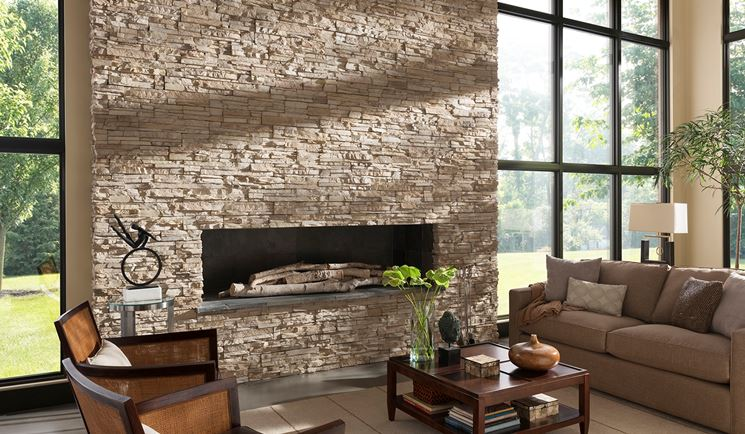 Caminetto con rivestimento in pietra