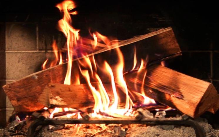 Combustione della legna per camino