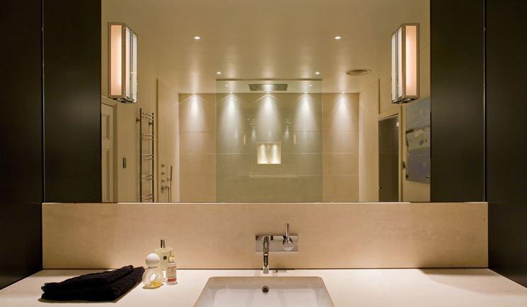 Bagno con luci a soffitto bianche