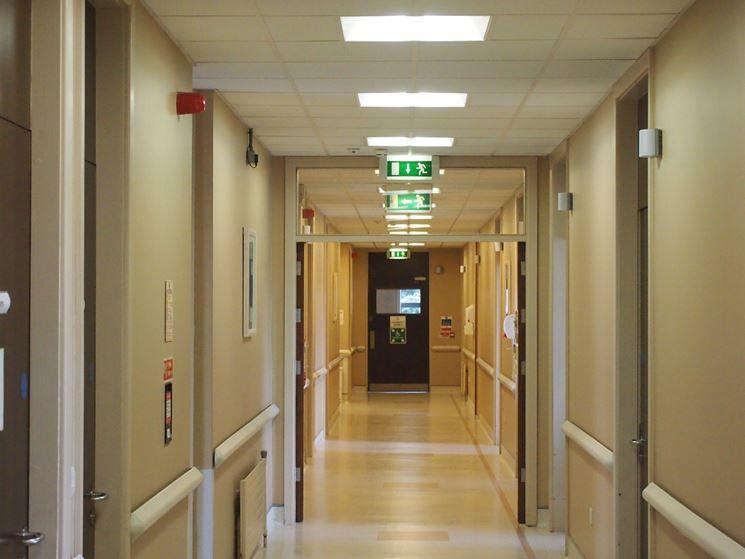 Corridoio con luci di emergenza
