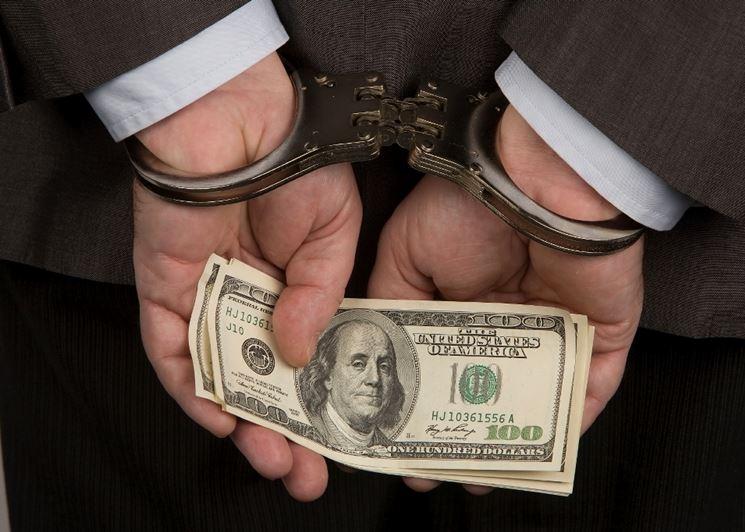 Polsi ammanettati con banconota