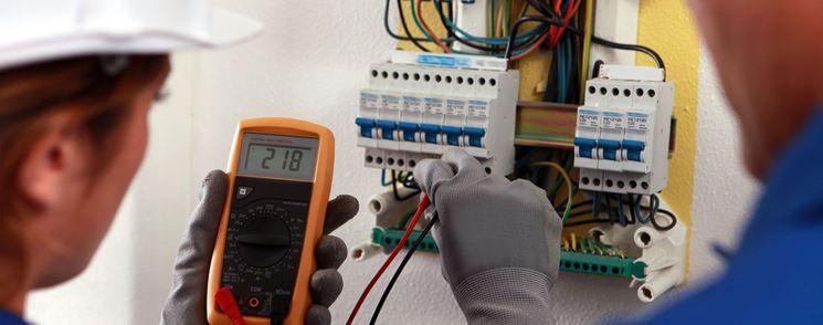 Uomo verifica il funzionamento dell'impianto elettrico