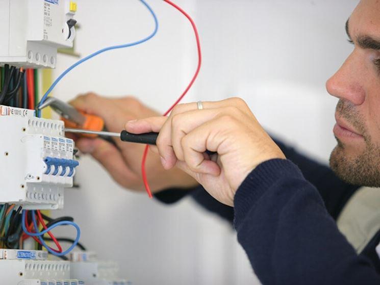 Un elettricista al lavoro