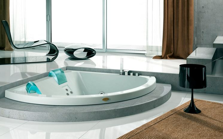Vasca idromassaggio accessoriata angolata