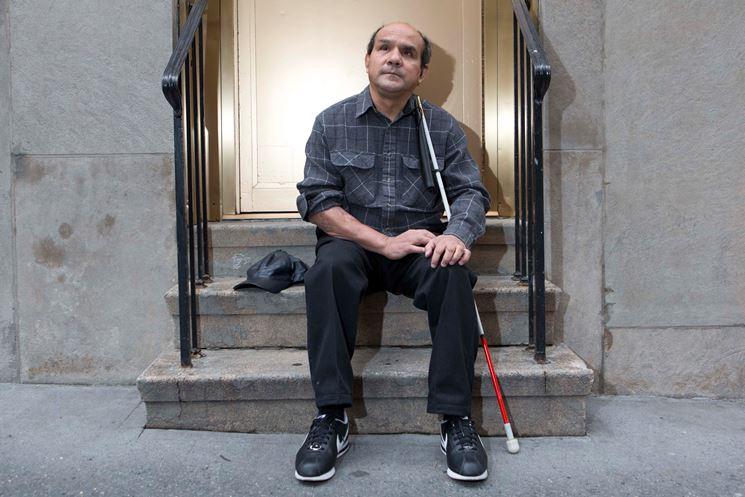 Un uomo cieco e il suo bastone