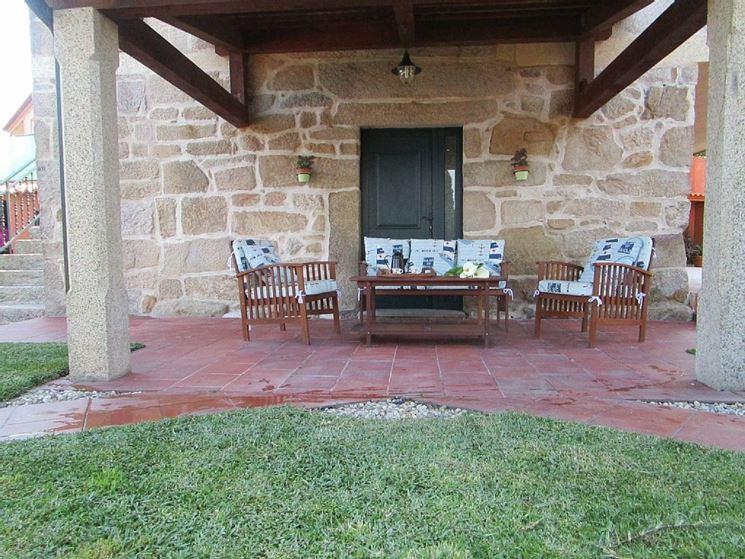 Portico in legno e rivestimenti in pietra