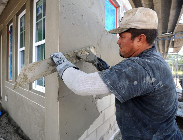 applicazione cemento su un muro