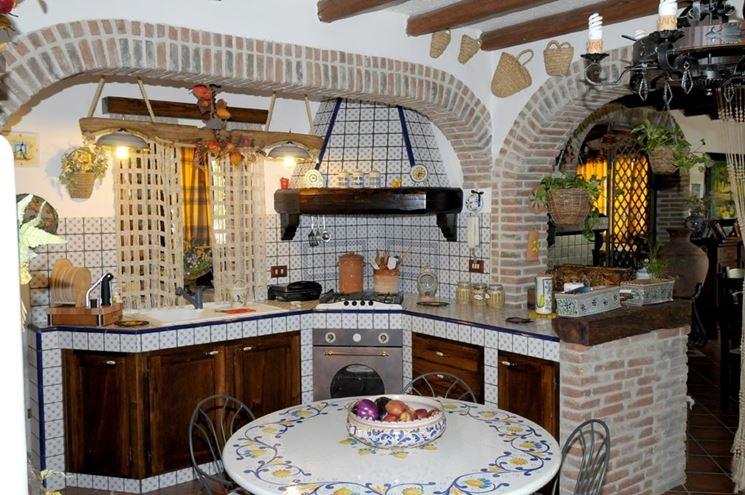 Cucina in muratura rustica con piastrelle e mattoni