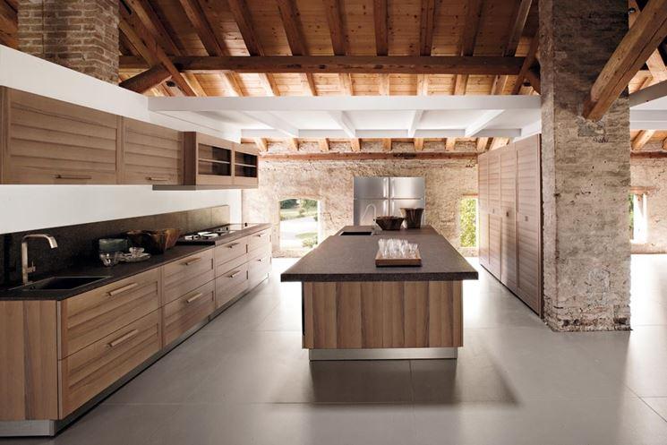 Cucina moderna in legno con isola centrale
