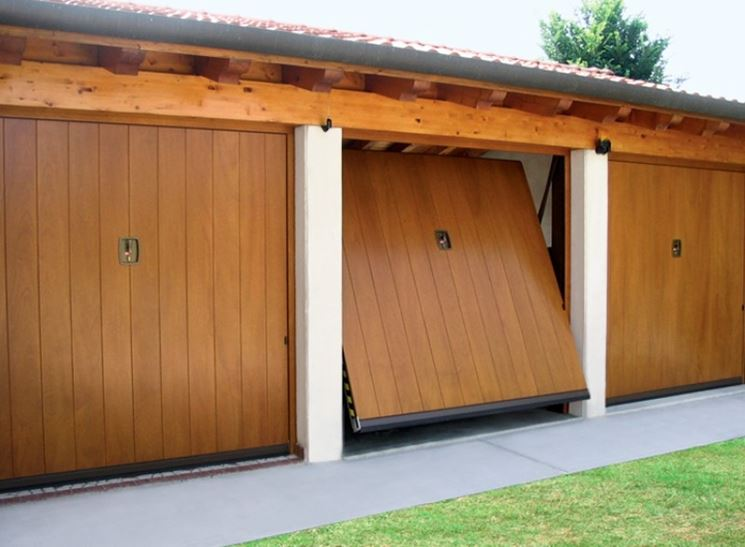 Porta basculante per garage in legno