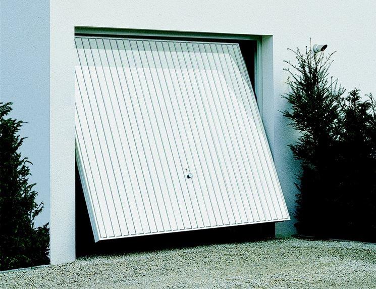 Esempio di porta basculante per box