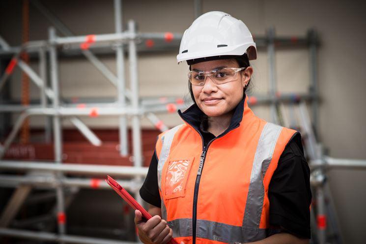 Una lavoratrice in sicurezza