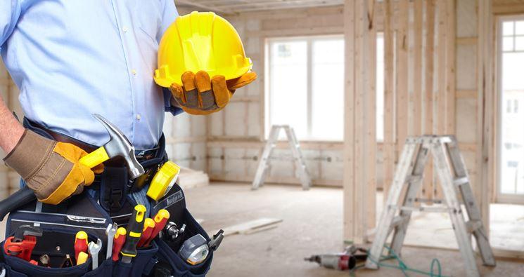 Operaio che ristruttura una casa