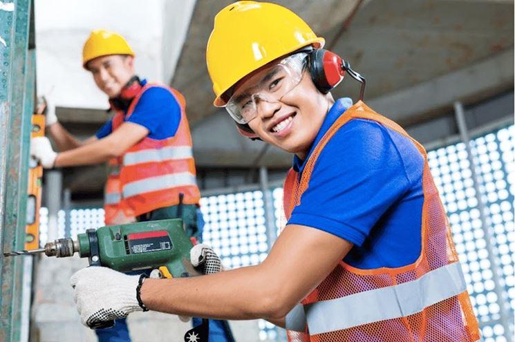 Operai che lavorano in sicurezza