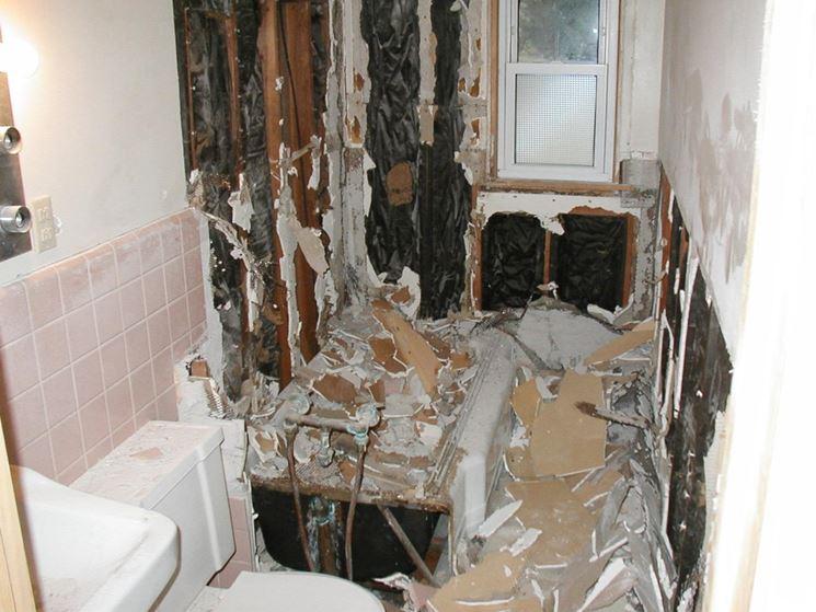 Lavori di demolizione del vecchio bagno