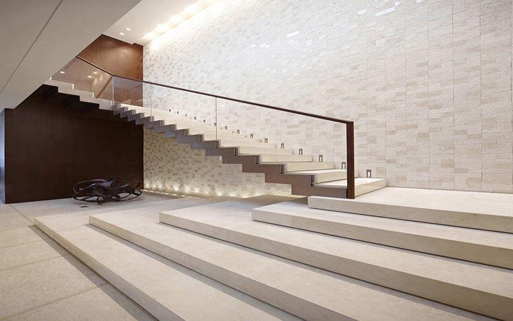 scala interna con gradini in pietra
