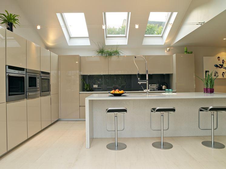 Cucina con finestre nel tetto