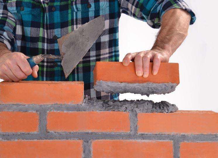 La costruzione di un muro in mattoni