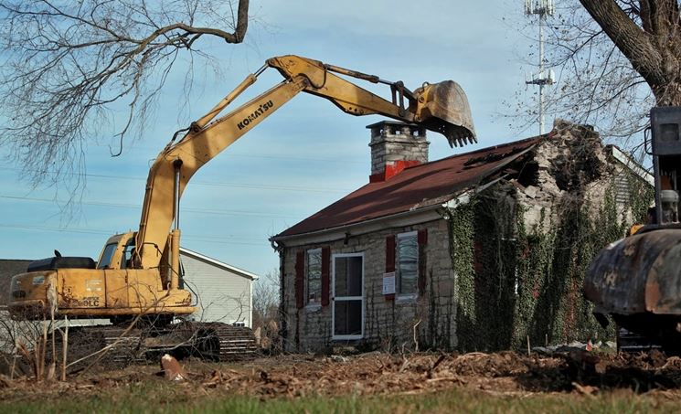 Demolizione di un'intera casa