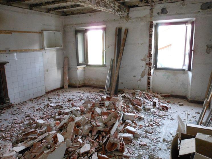 Demolizione di un muro interno