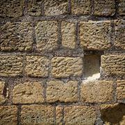 un muro in tufo