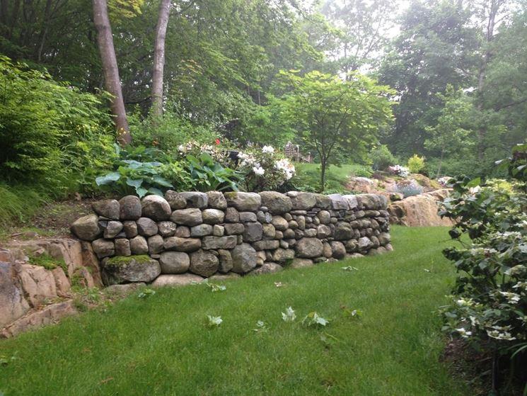Muro in pietra in giardino