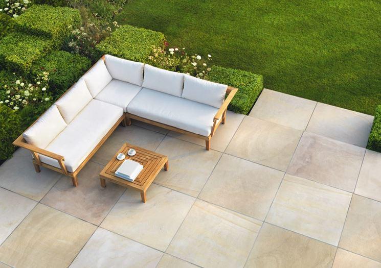 Pavimentazione di un'area di giardino con piastrelle in pietra naturale
