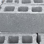 Una pila di blocchi cemento