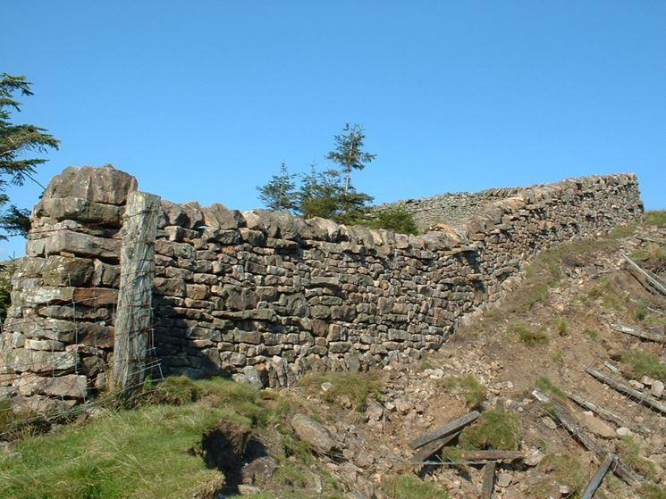 Antico muro di cinta in pietra