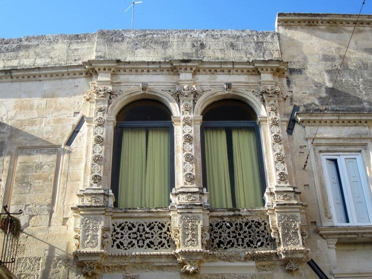 Un magnifico balcone decorato in pietra leccese