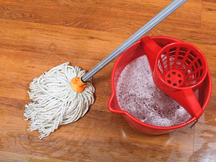 Non pulire il parquet con troppa acqua e detersivi aggressivi