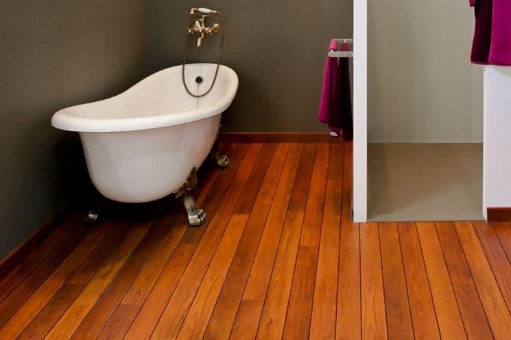 Bagno con pavimento in parquet di teak