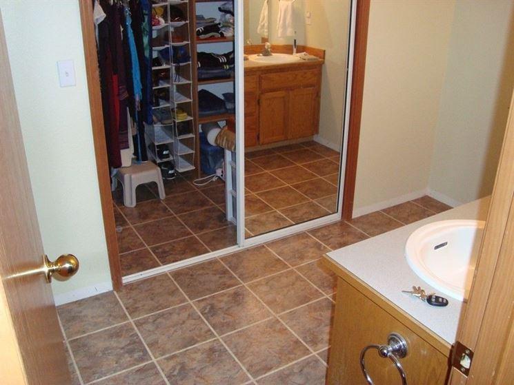 Pavimento linoleum in bagno